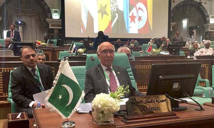 sartaj-aziz-during-emergency-session-of-oic-council-on-foreign-ministers-1-696x418