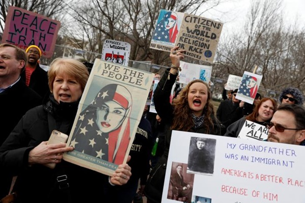 Activists gather outside the White House to protest President Donald Trump's executive actions on immigration in Washington January 29, 2017.  REUTERS/Aaron P. Bernstein